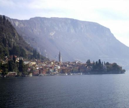 El Lago Como, con una de sus localidades ribereñas a lo lejos